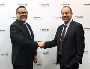 Deux hommes se serrant la main et souriant à la caméra